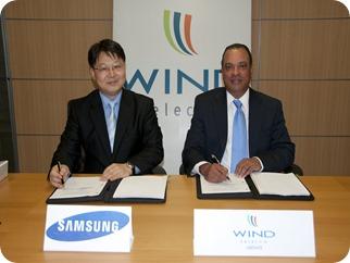 Sr. Woonsub Kim de Samsung y Sr. Jose Clase de WIND Telecom al momento de la firma