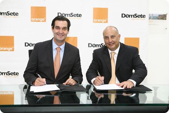 Armand Toonen, vicepresidente de Negocios de Orange, y José Abilleira, gerente general de DOMSETE