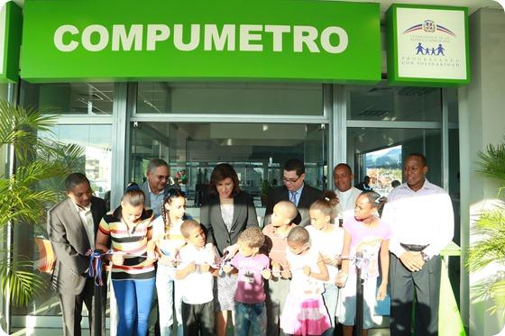 La vicepresidenta Margarita Cedeño corta la cinta que deja en funcionamiento el Compumetro de la estación Eduardo Brito