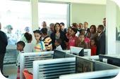 Margarita Cedeño de Fernández recorre el Compumetro en compañía de niños y niñas de los sectores aledaños