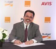 1.En el acto de firma el señor Martin Roos, CEO Altice Rep. Dom y el señor Luis De Jesús Rodríguez, CEO Avis Budget Group