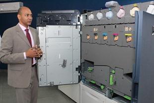 Victor Jiménez ejecutivo de PBS distribuidor de Xerox en el país realizando una demostración  de Iridiesse.