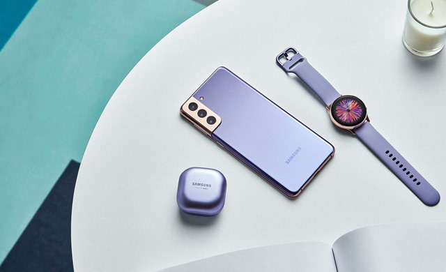 Galaxy-S21_plus_budspro_watch_lifestyle_violet